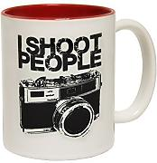 Produktbild: 123t Mugs - Keramikbecher mit Slogan I SHOOT PEOPLE mit rotem Interieur