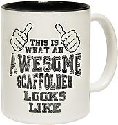 Produktbild: 123t Mugs - Keramikbecher mit Slogan THIS IS WHAT AN AWESOME SCAFFOLDER LOOKS LIKE mit schwarzem Interieur