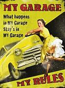 Produktbild: Was passiert in My Garage bleibt In My Garage My Garage Lineale. Pin up, 40er, 50er jahre stil mit klassisches american auto im gelb hintergrund Metall/Stahl Wandschild - 15 x 20 cm
